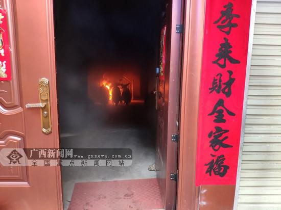 南宁一民房着火5人被困 消防紧急救援(图)