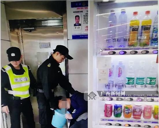 南宁地铁频频遭遇醉汉 民警打击服务并举