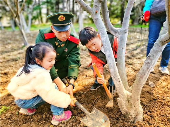 植树节认建认养 武警官兵为共青森林公园添绿