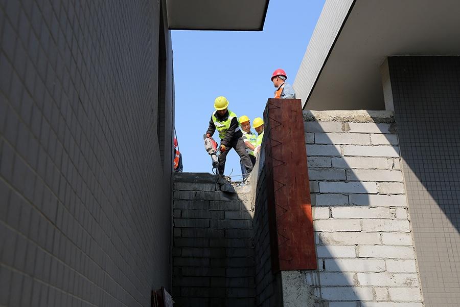 柳州一住宅小区刚交房  楼顶就有人圈地搭起违建