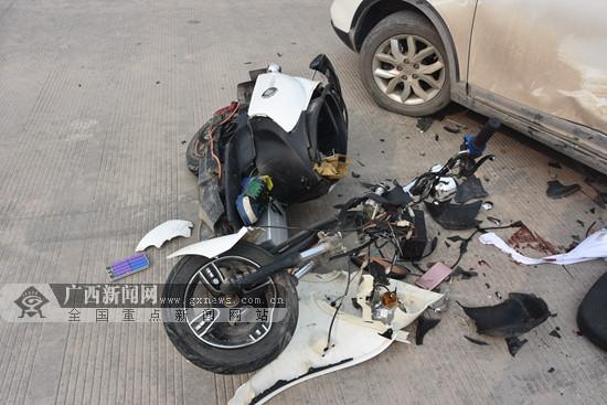 玉林:电动车一头撞上轿车 驾驶人立即倒地不起