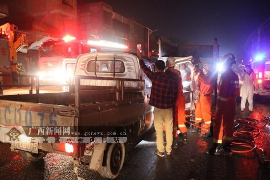 贵港:两车追尾2人被困 消防员紧急救援(图)