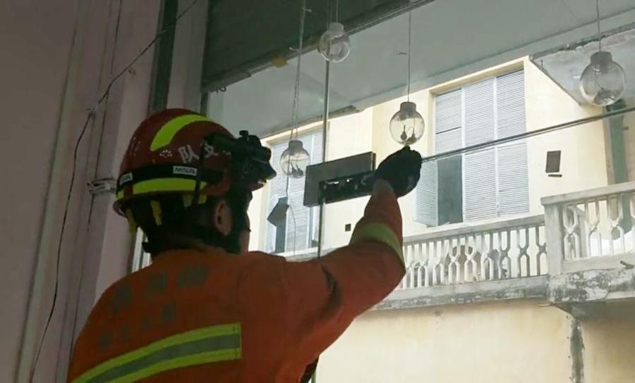 高清:大新一孩子手指被夹玻璃门 消防员拆门救援