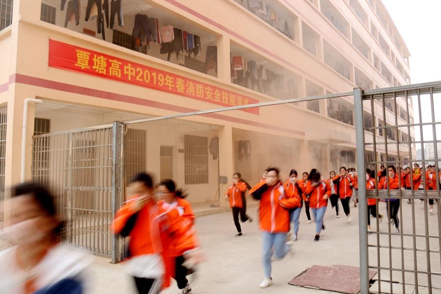 188秒三千多师生安全撤离 覃塘高中开展消防演练
