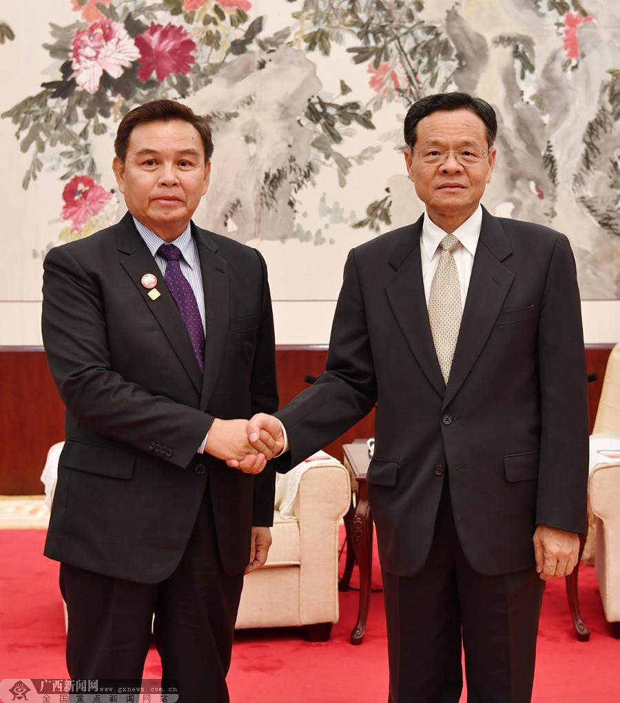 陈武会见老挝建国阵线中央主席赛颂蓬