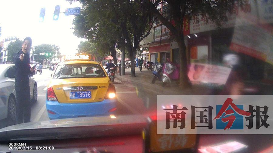 """柳州一交警""""路怒""""对出租车猛按喇叭 被暂停工作"""