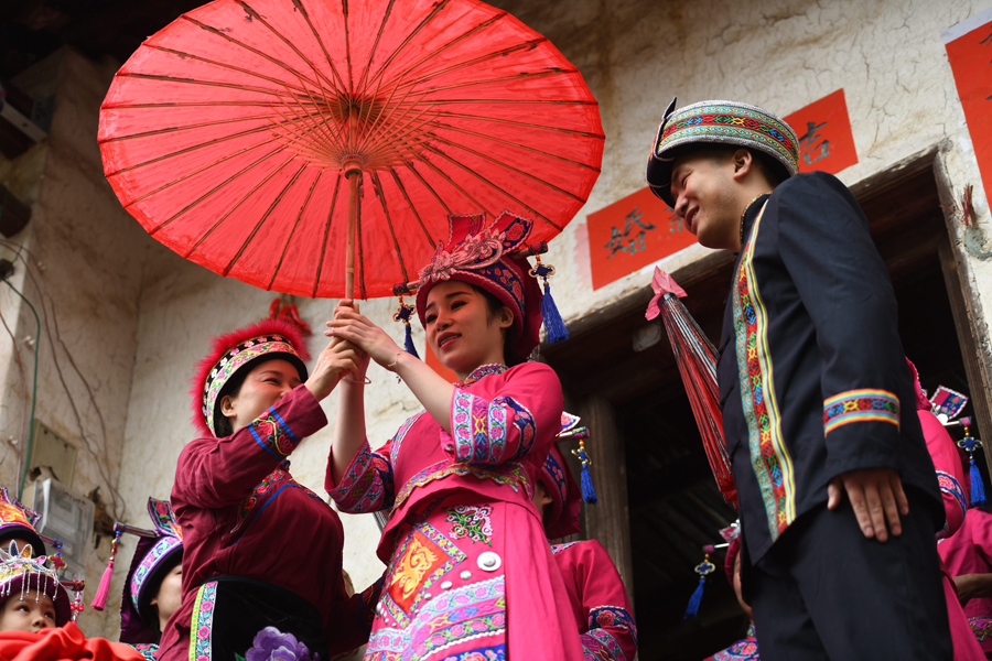 """高清:仫佬族传统婚俗 """"送嫁十姊妹""""成为亮丽风景"""