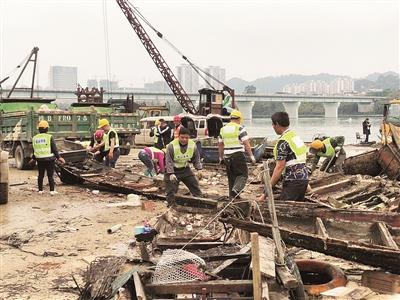 柳州进行整治清理行动:60艘三无船只起吊拆解