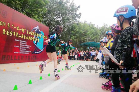 南寧第2屆自由式輪滑公開賽舉行 區內近200人參賽