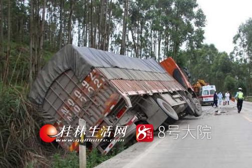大货车与水泥罐车迎头相撞   车头严重变形(图)