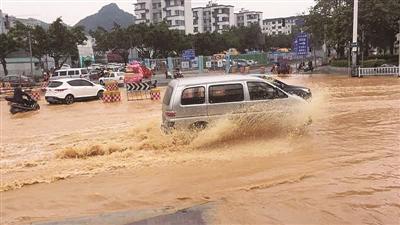 柳州一路段水管突然冒出大量自来水 导致路面积水
