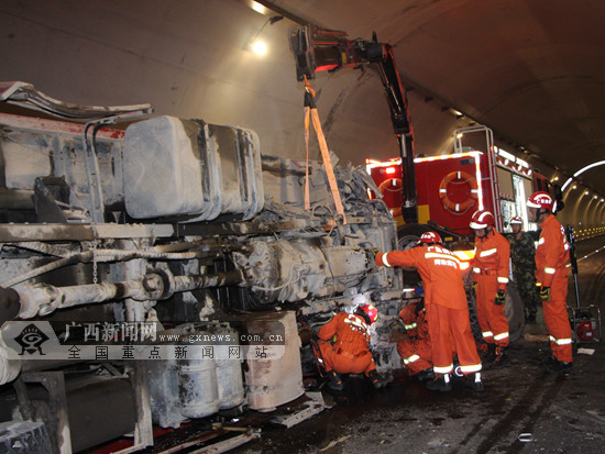 惊险!河池一高速隧道内大货车侧翻 消防紧急救援