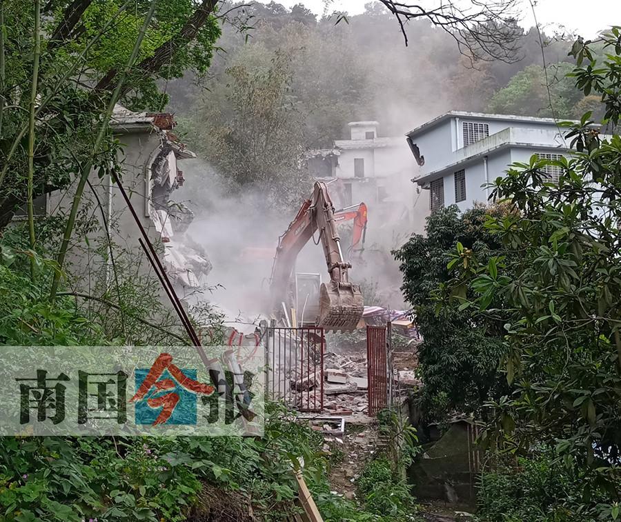 柳州市牛车坪八栋山顶违建被依法拆除 (图)