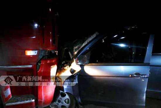 崇左两车相撞一人被困 消防成功救出被困司机