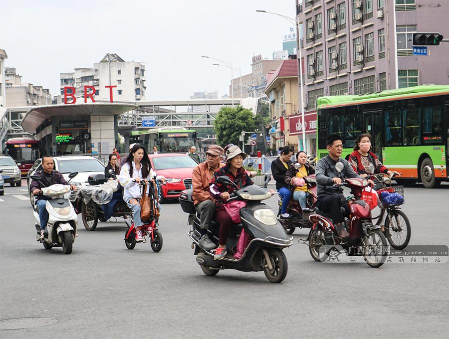 """电动自行车""""新国标""""实施首日 南宁市民最关心啥?"""