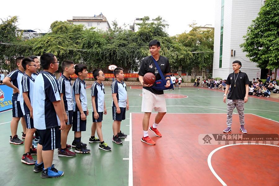 CBA球员许钟豪到南宁开展公益活动引发校园篮球热