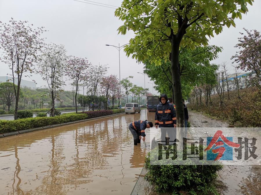 柳州遭遇大暴雨致多条道路积水  有3辆车被泡