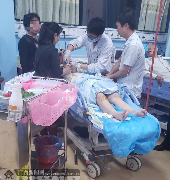玉林:清宁路一公交车与5辆电动车相撞 致1死6伤