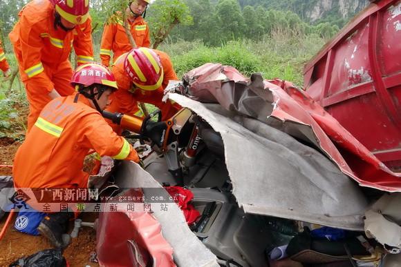 来宾发生两车相撞事故 电线杆坠落压扁轿车致1死