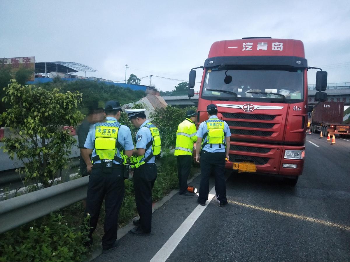 男子凌晨在高速路行走被大货车撞伤(图)
