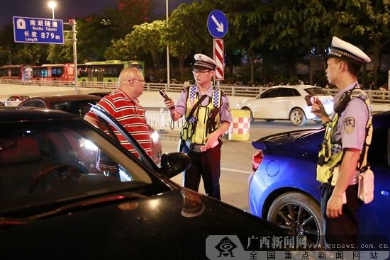 """南宁警方开展""""暴风五号""""行动 整治社会综合治安"""
