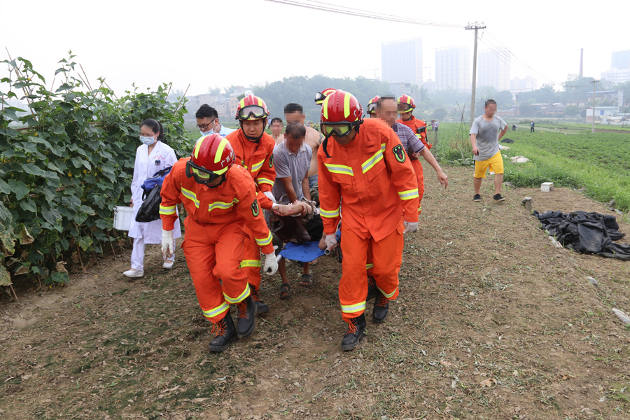 百色一男子被农具刺穿小腿 救援人员紧急施救(图)