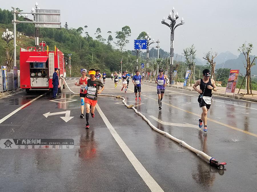 靖西消防大队为靖西边境国际马拉松赛事保驾护航