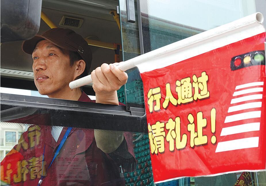 """南宁公交司机陆谦逊成""""网红"""" 十年如一日传递温情"""