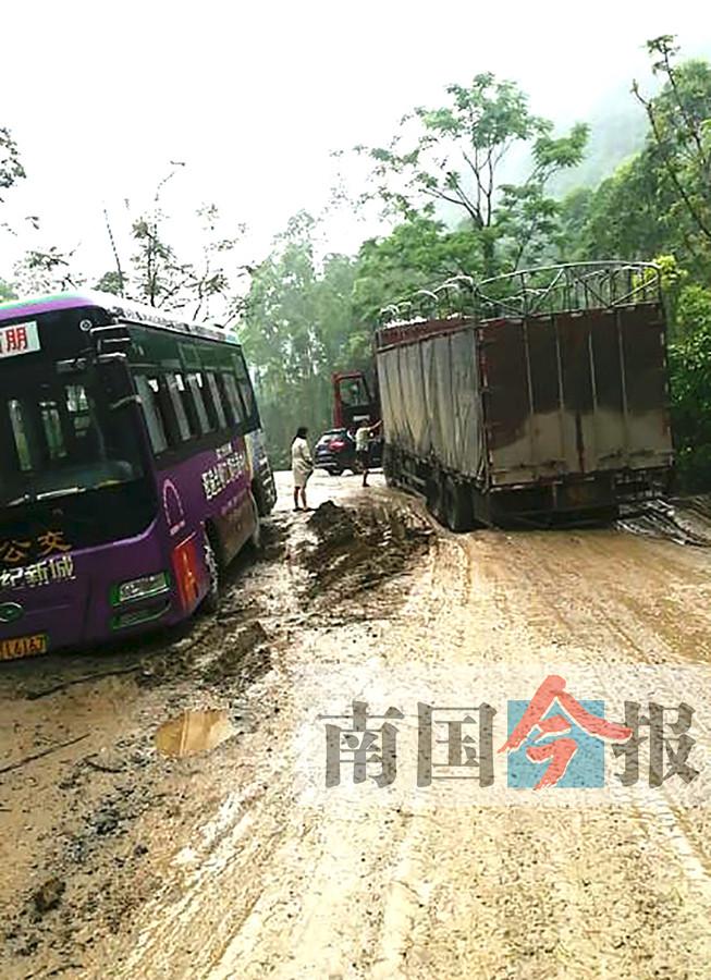 惊!泥土路发生塌陷困住4车 其中1辆满载学生(图)