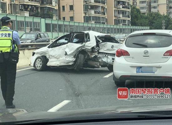 突发!南宁青竹立交多车相撞致交通拥堵,现场一片狼藉