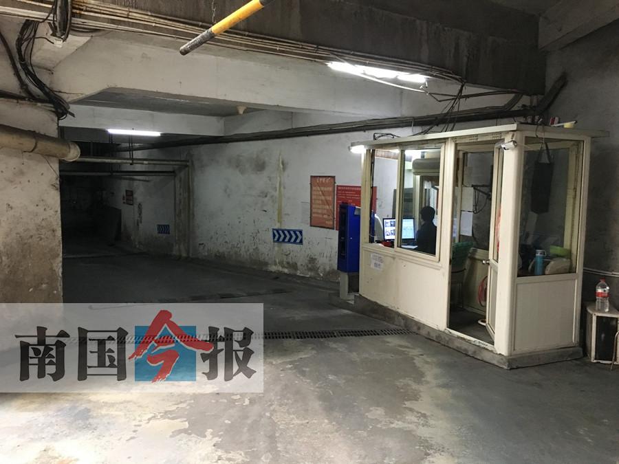 收费亭在斜坡上 柳州车主感慨:停车缴费考车技