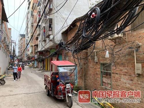 线缆低垂存隐患 居民安危非小事