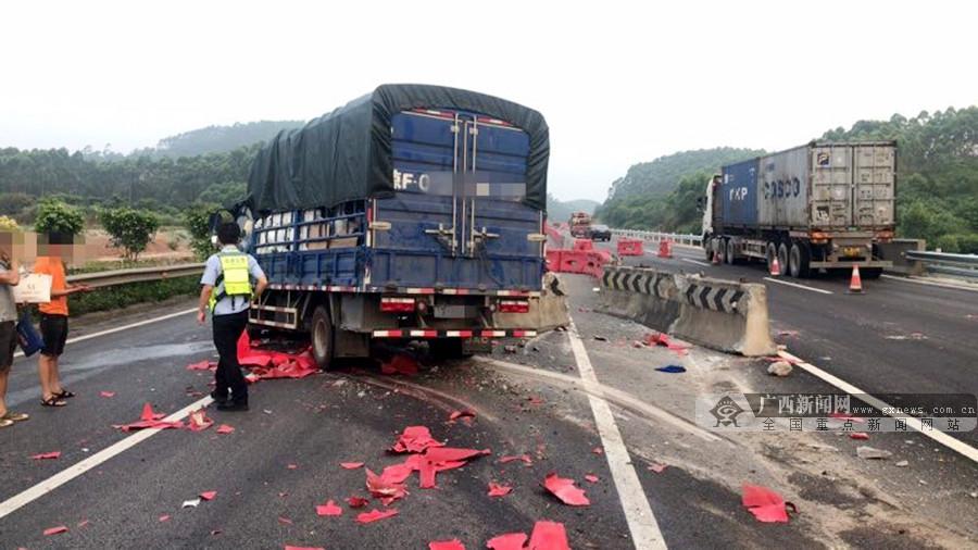 驾驶员开车犯困 货车失控撞上护栏场面惨烈(图)