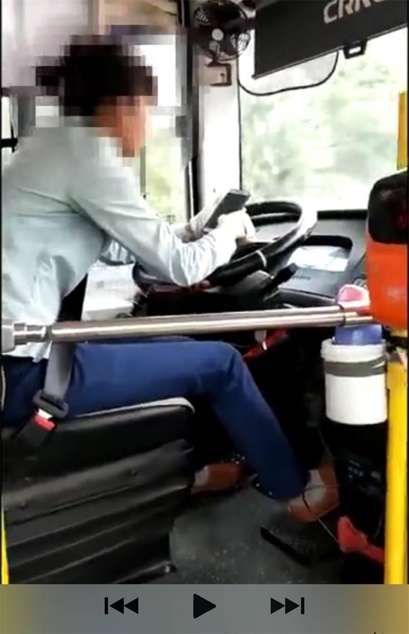 广西一女公交司机驾车途中玩手机 被罚1000元(图)