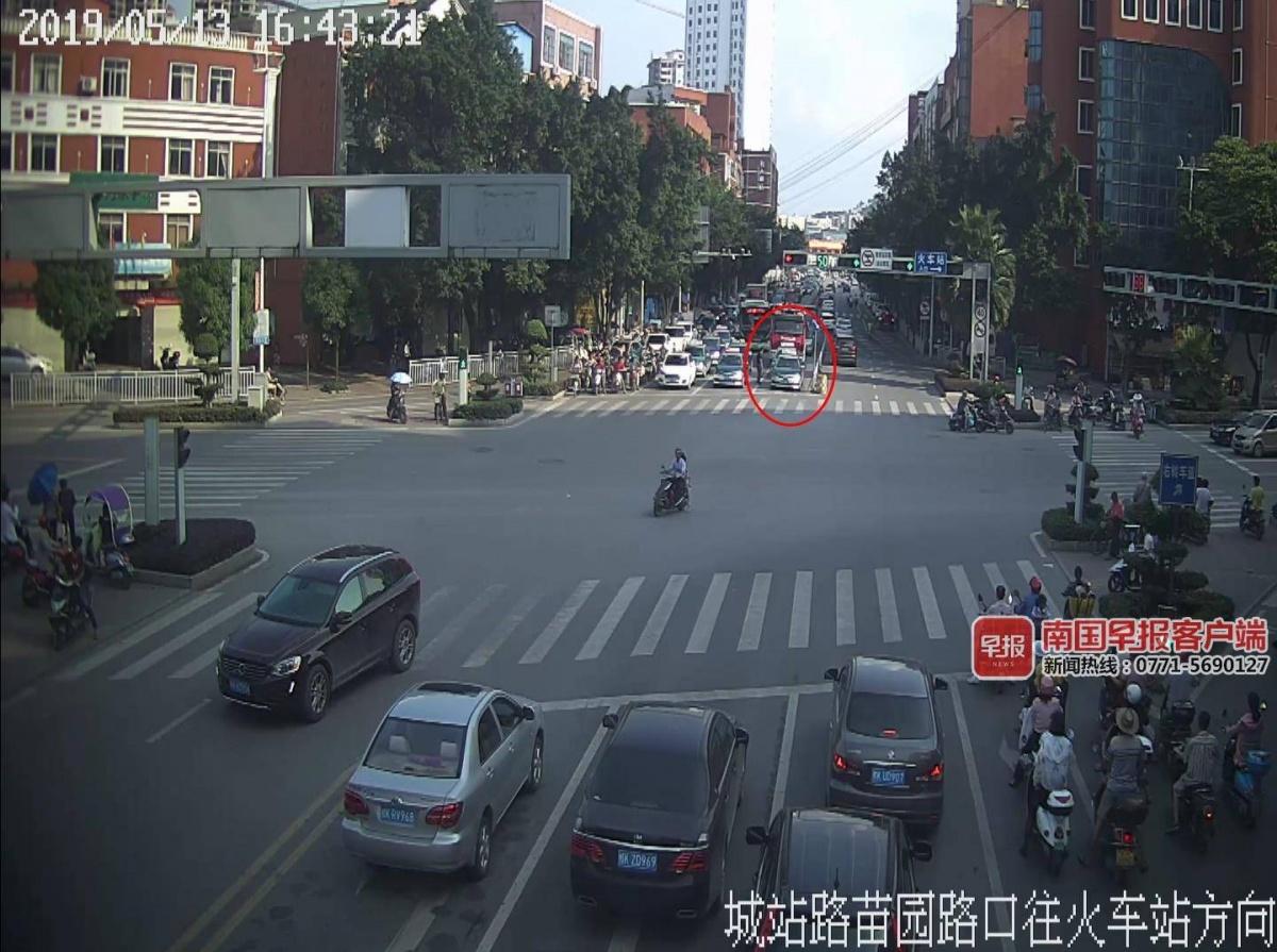 出租车拒绝让行消防车 司机:闯红灯被罚谁负责?