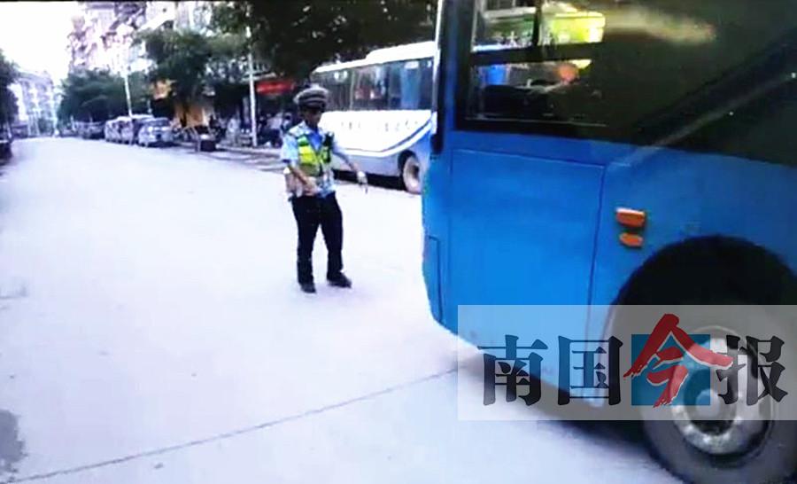 男子未戴帽开无牌摩托被罚 回头驾公交车撞民警
