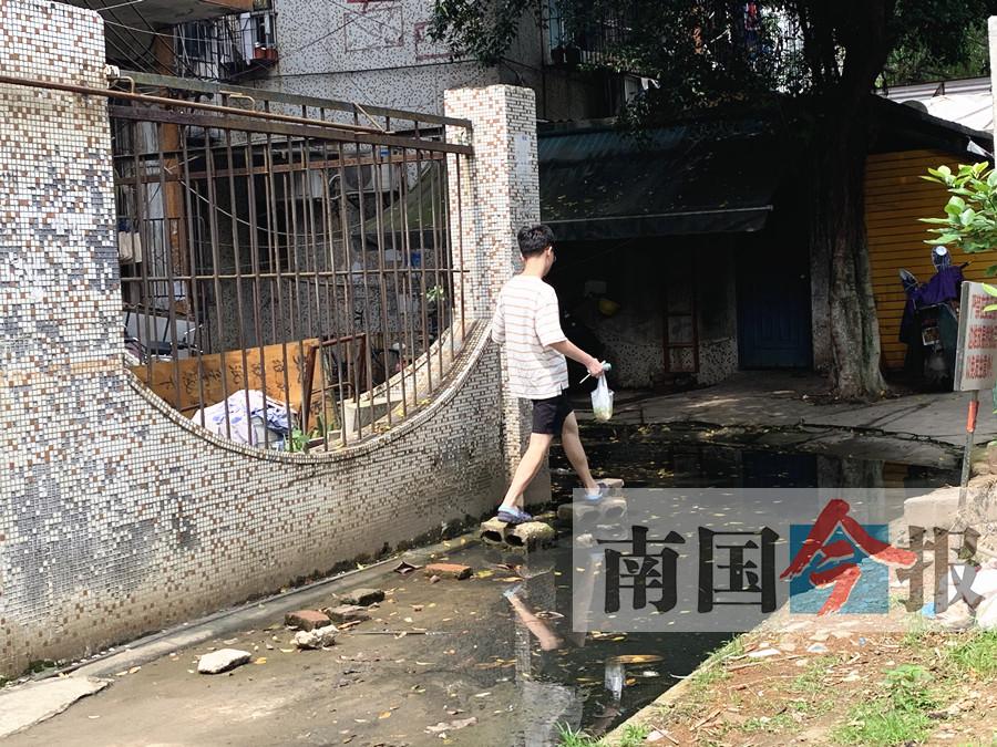 居民不愿意掏钱维修 老旧小区化粪池污水横流(图)