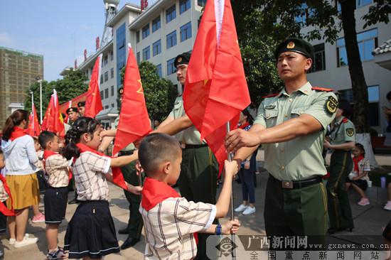 南宁市民主路小学相约绿色军营 传递红色旗帜