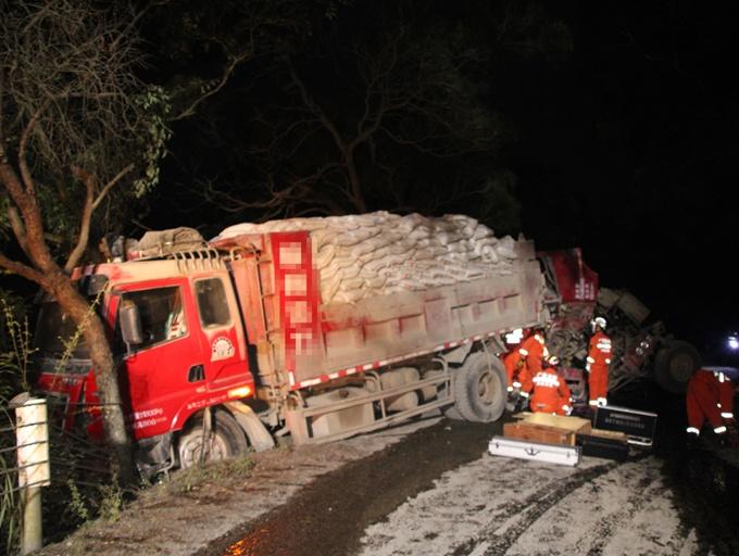 象州两货车凌晨追尾 造成一死一伤