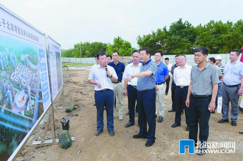 5月20日,蔡锦军现场考察中电北部湾信息港建设现场,在展板前听取建设