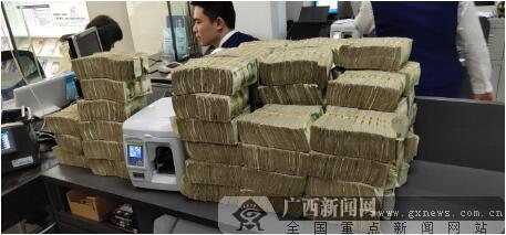 交通银行贵港分行营业部开辟公交零钞清点绿色通道