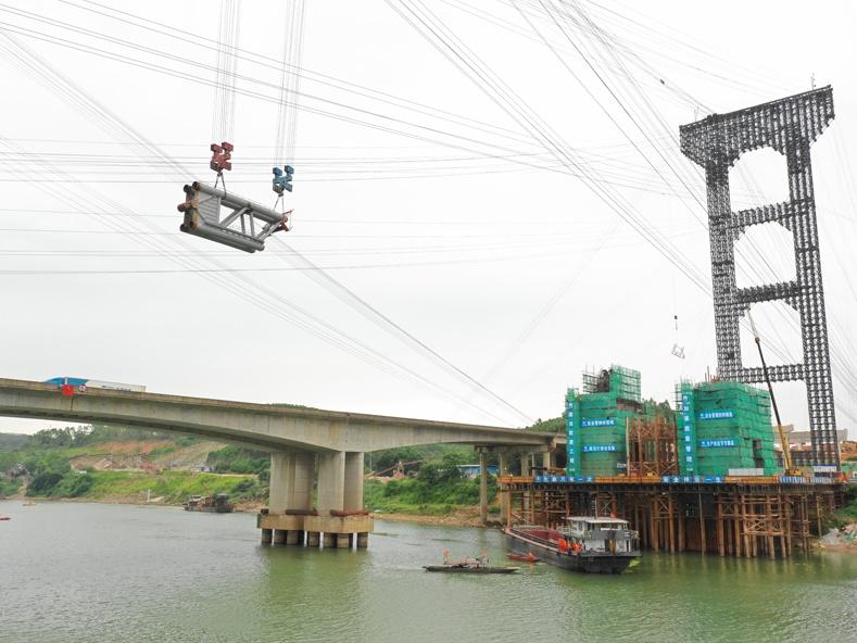 22日焦点:六律大桥主桥拱肋吊装 预计明年7月通车
