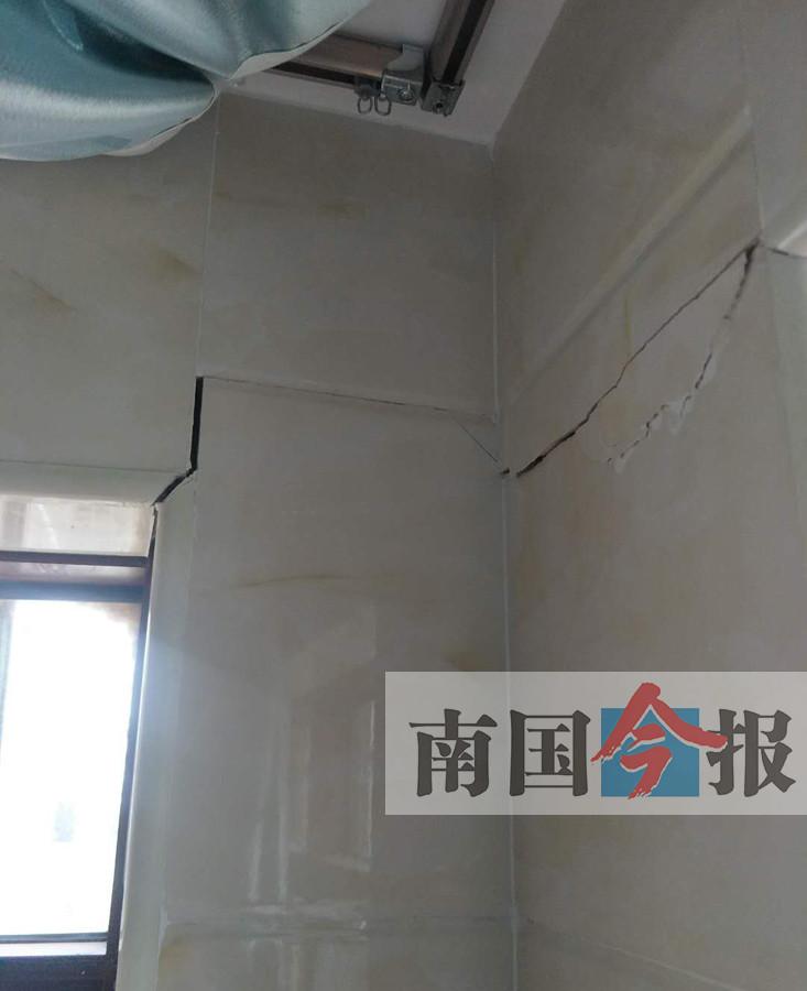 入住新房仅半年地板现裂缝 房开商:指标符合规范