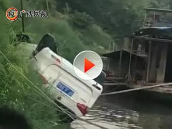 男子围观小车坠江 看到一半发现车是自己的