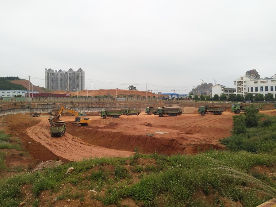 南宁五象新区这块地 本是办公用却被当菜市卖(图)