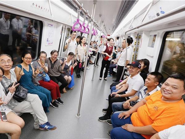 """高清:首批市民""""尝鲜""""南宁地铁3号线 总票价6元"""