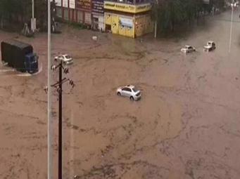 广西多地出现暴雨袭城 大量画面传回
