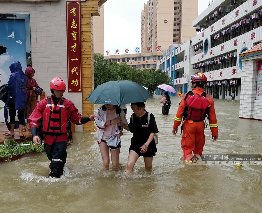 靖西消防展开救援行动 紧急转移被困群众815人