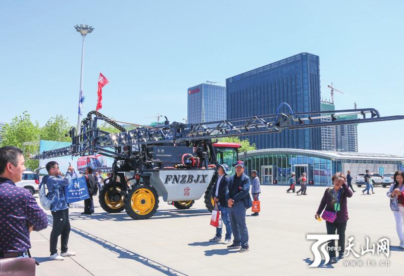 上万农机亮相新疆农业机械博览会 12米长臂植保机一天能喷药1000亩——河南温居割草机网站