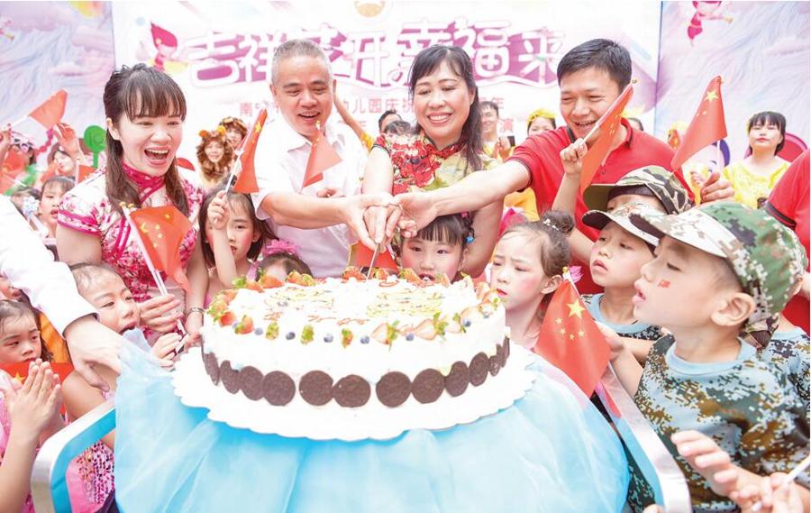 """南宁各中小学幼儿园欢庆""""六一"""":我们的童年不一样"""